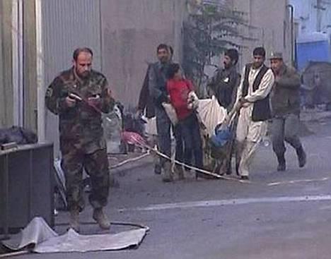 Haavoittuneita kannettiin turvaan YK:n rakennuksen lähellä Kabulissa.