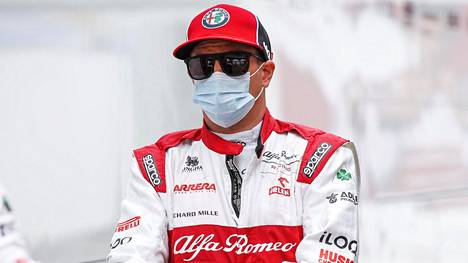Kimi Räikkönen kauden 2020 avauskilpailun varikolla Itävallan Spielbergissä.