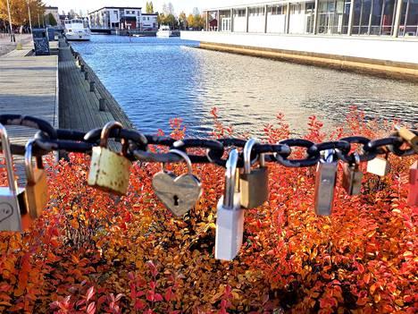 """–Upeaa syyspäivää vietellään Oulussakin, viestitti kuvan lähettänyt Harri Mällinen. Kuvassa kettinkiin kiinnitettyjä """"rakkauslukkoja""""."""