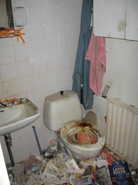 Asunnon kylpyhuone oli läpikotaisin siivottomassa kunnossa.