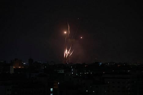 Terroristijärjestönä pidetty Hamas on laukonut raketteja kohti Israelia, jonka ohjustorjunta ei ole täysin kyennyt pysäyttämään iskuja.