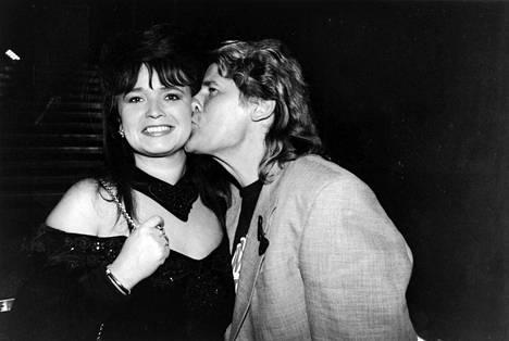 Frederik muiskautti suudelman Meiju Suvaksen poskelle marraskuussa 1994.
