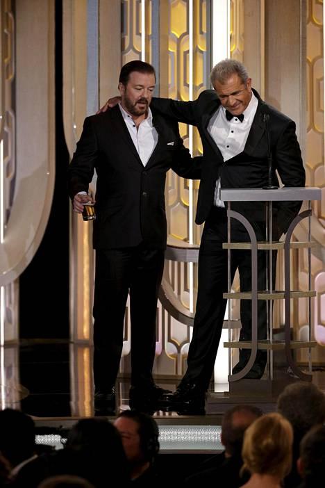 Ricky Gervais ja Mel Gibson naljailemassa toisilleen Golden Globe -lavalla.