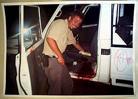 Yhtenä todistusaineistona oikeudessa on käytetty valokuvaa, jossa hymyilevä Moland siivoaa verijälkiä murhatun autonkuljettajan istuimelta.
