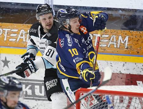 Pelicansissa lähes koko uransa viilettänyt Taavi Vartiainen (vas.) tunnetaan romuluisena hyökkääjänä. Tässä hän kamppaileen Lukon Vili Laitisen kanssa talvella 2020.