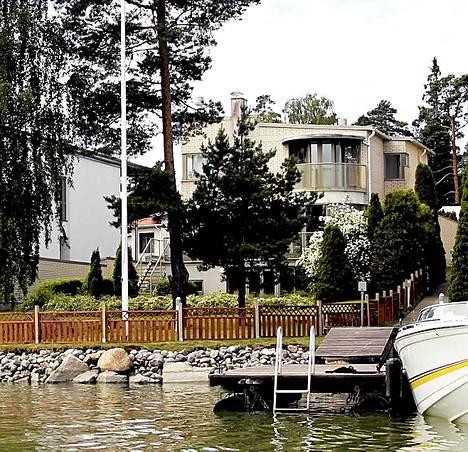 Mika Häkkisen äiti, Aila Häkkinen asuu Mikan jo 1997 ostamassa talossa meren rannalla.