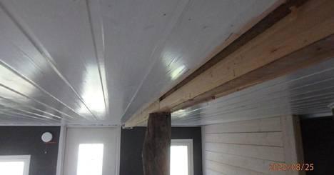 Talosta oli purettu kantava seinä, jonka seurauksena välikatto oli notkahtanut takkahuoneen kohdalta. Kattoa oli tuettu palkin ja puupilarin avulla.