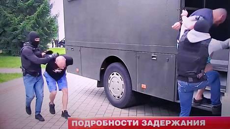 Televisiokuvissa näytettiin, kuinka pidätettyjä venäläisiä kuljetettiin autoihin.