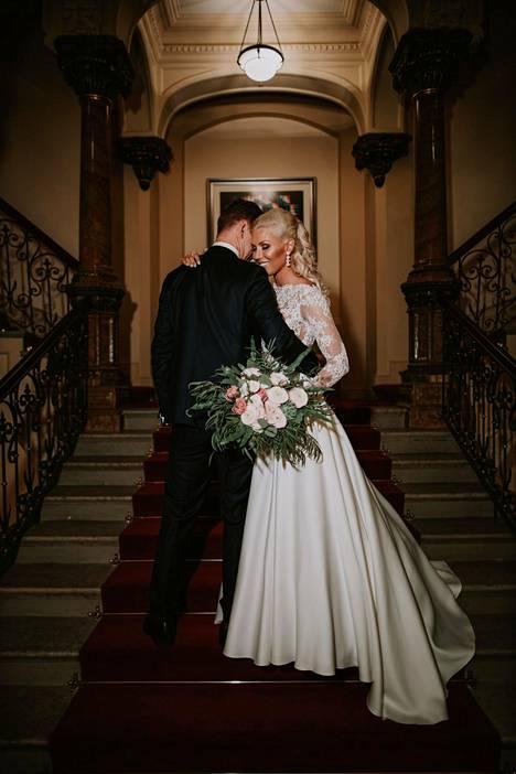 Maisan hääkuvassa pari poseeraa onnellisesti portaikossa. Morsian oli pukeutunut näyttävään häämekkoon, jota koristi pitsinen yläosa.