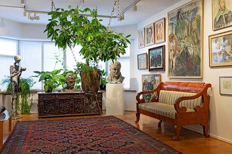 Taidekoti on yksityiskodin ja taidemuseon hybridi. Raimo Saarisen viherteos Neosgaia tuo lisäväriä tähän huoneeseen.