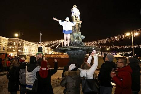 Mantan patsaalle saapui paljon väkeä heti, kun voitto varmistui. Hieman ennen kello seitsemää paikalla oli ainakin nelisenkymmentä ihmistä.