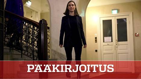 Pääministeri Sanna Marin saapui kertomaan medialle perjantaina illalla, että Veikkauksen edunsaajien leikkaukset perutaan.