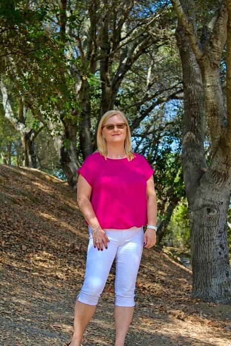Anu Valtanen Piilaaksossa Linda Vistan kävelypolulla. Valtanen kertoo, että Piilaaksossa kotiäitejä on paljon, mikä mahdollistaa sosiaalisen säpinän myös arkipäivinä.