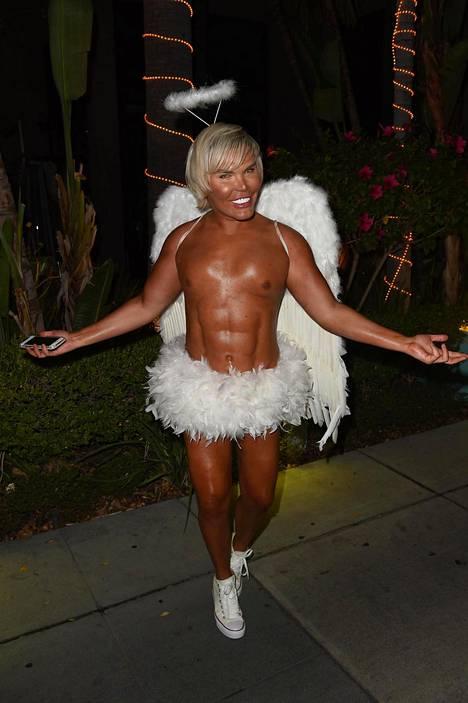 Halloweenia Alves juhli muun muassa enkeliksi pukeutuneena.