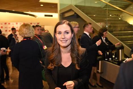 Sanna Marin kuvattiin hänen saapuessaan Sdp:n puoluevaltuuston kokoukseen sunnuntai-iltana.