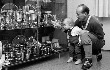 Veikko Hakulisen palkintokaappi kiinnosti 1950-luvun lopulla hiihtäjän vanhempaa poikaa, tuolloin yksivuotiasta Pekkaa.