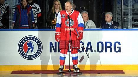Vladimir Putin puhui yleisölle Sotshissa.