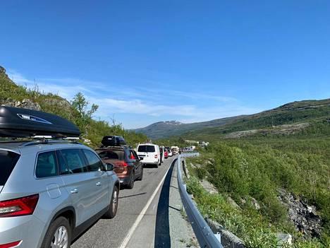 Kilpisjärven rajanylitysasemalle kertyi nopeasti kilometrien jonot, kun Norja höllensi matkustusrajoituksiaan.