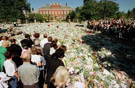 Surijoita kerääntynyt muistelemaan prinsessa Dianaa Kensingtonin palatsin edustalle.
