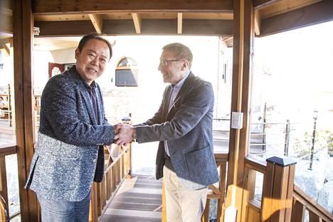 Maapallon toiselle laidalla matkannut suomalainen kuusi päätyi lopulta Yong-Man Shinin kotiin. Metsänomistajan mieluisa tehtävä oli tuoda terveiset kuusen kasvupaikalta Suomesta.
