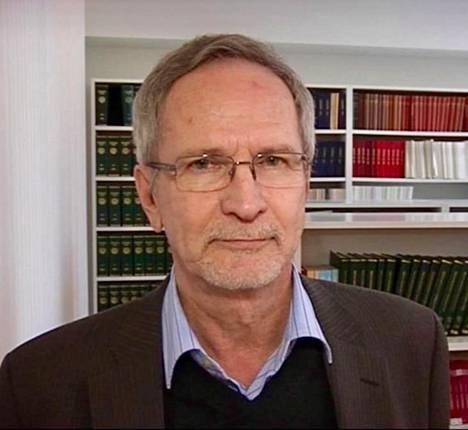 Julkisoikeuden emeritusprofessori Teuvo Pohjolainen sanoo, että Euroopassa ministeri yleensä vetäytyy viranhoidosta rikosepäilyn ajaksi, mutta juridista velvoitetta tähän ei ole.