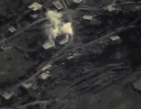 Venäjän ilmaisku osuu kohteseensa Syyriassa puolustusministeriön videolla.