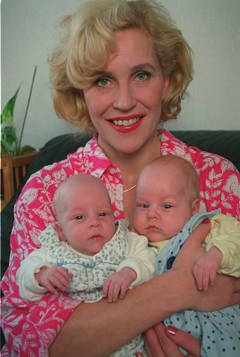1992: Kaunis kuva menneiltä vuosilta. Toistamiseen äidiksi tullut Eija sekä kaksoset Daniel ja Valdemar.