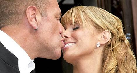 Tauski ja Henna suutelivat vihkimisen jälkeen Turun tuomiokirkon portailla.