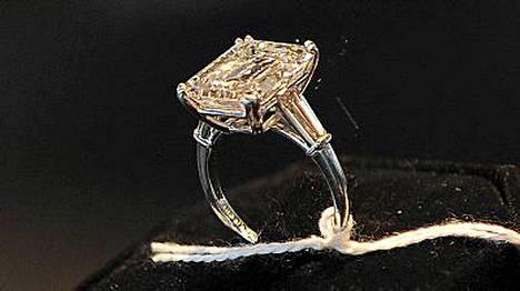 Vaimon sormus on huutokaupan arvokkain esine.