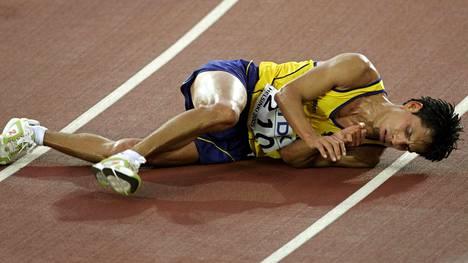 Kilpakävelijöiden keho kestää hurjia kaliumpitoisuuksia. Kuvassa maassa makaava Jefferson Perez voitti Helsingissä 20 kilometrin MM-kultaa.