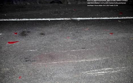Mopoauton raahautumisjäljet onnettomuuspaikalla. Tiellä näkyy myös mopoauton punaisia kappaleita.