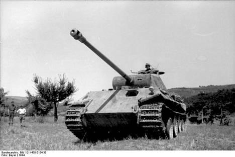 Ola Olin komensi toisessa maailmansodassa Panther-vaunua, joka oli Saksan tehokkaimpia panssareita. Suomalaisen SS-miehen johtamalle vaunulle on merkitty tiettävästi 34 tuhottua vaunua.
