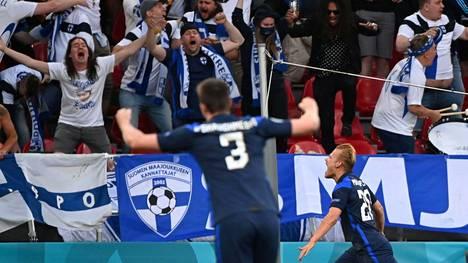 Suomen kannattajat repesivät riemuun, kun Joel Pohjanpalo (oik.) teki voittomaaliksi jääneen 1–0-osuman Tanskan verkkoon.