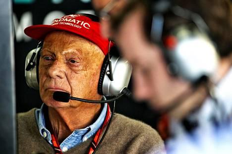 Niki Lauda seuraa kilpailuja Mercedeksen pilttuussa.