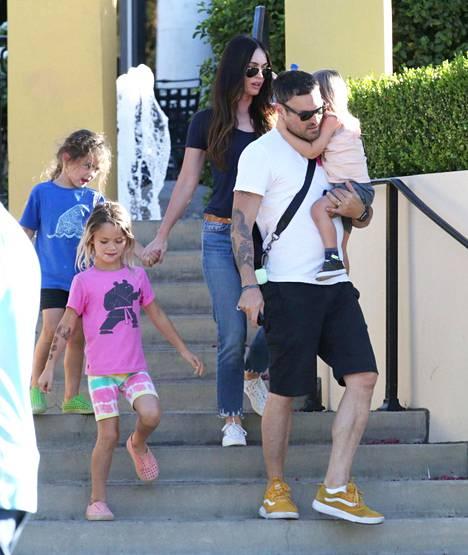 Näyttelijäpariskunta Megan Fox ja Brian Austin Green kuvattiin syyskuussa kolmen lapsensa kanssa Calabasasissa sijaitsevan ostoskeskuksen läheisyydessä.