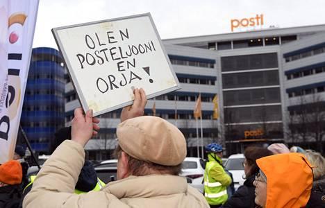 Postin työntekijät osoittivat mieltään yhtiön pääkonttorilla 12. marraskuuta.