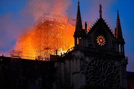 Osa kirkon katosta romahti tulipalon aikana.