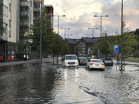 Vesi tulvi kaduille Espoossa viime vuonna alkusyksystä.