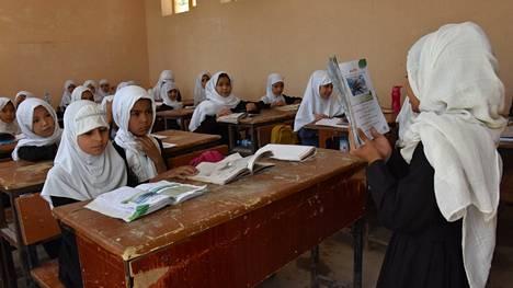 Tyttöjä koulussa Mazar-i-Sharifissa Afganistanissa syyskuussa.