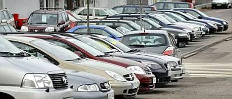 IS vertaili, kuinka paljon eri automerkkien vuosimallien 2004-2007 jälleenmyyntiarvo on pudonnut uuden hinnasta.