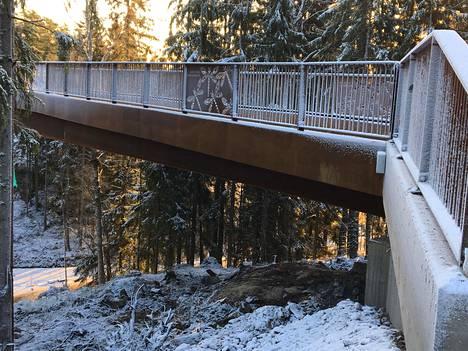 Kuusijärven ja Sipoonkorven yhdistävä silta on tehty ruosteenvärisestä teräksestä.