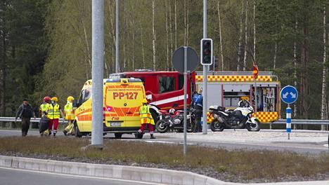 Moottoripyörä ja puoliperävaunurekka kolaroivat Oulussa lauantaina iltapäivällä.