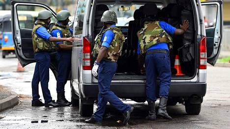 Sotilaat tarkastivat pakettiauton tavaratilan perjantaina Colombossa.