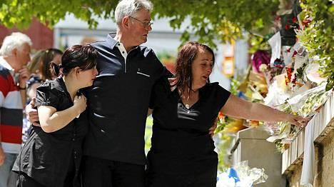 Lee Rigbyn äiti Lyn (oik.) ja isäpuoli Ian (kesk) jättivät kukkia surmapaikalle Woolwichissa sunnuntaina.
