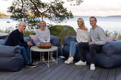 Suurin yllätys oli palju ja sen viereen rakennettu erillinen terassi sohvaryhmineen. Kuvassa myös Kati Jukarainen ja Mikko Vesanen.