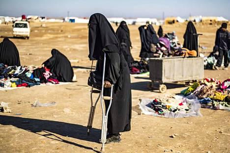 Al-Holin leirillä elää yli 65 000 ihmistä, joista lapsia on 43 000. Leirillä on yhä noin neljäkymmentä suomalaista, joista arviolta kymmenen on naista ja 30 heidän lapsiaan.