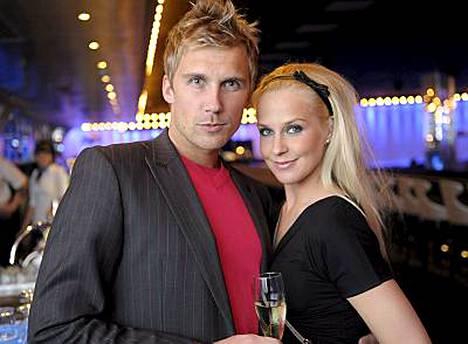 Joanna Väre ja Kaleva Kuvaja suunnittelevat häitä vuodelle 2010. - Maaliskuu on ollut kiireinen, yhteinen aika on ollut kortilla, Joanna harmittelee.