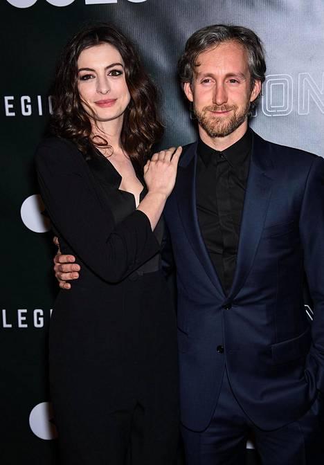 Anne Hathaway ja aviomies Adam Shulman.
