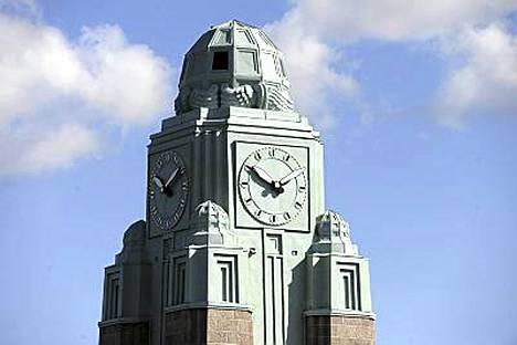 Vasta remontoitu kellotorni on Helsingin aseman symboli.