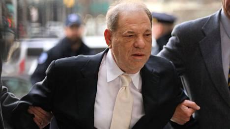 Harwey Weinstenia syytetään Los Angelesissa viiden naisen raiskaamisesta tai seksuaalisesta hyväksikäytöstä.
